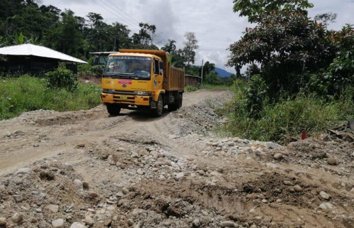 Apertura y lastrado de vías en barrios de Nangaritza